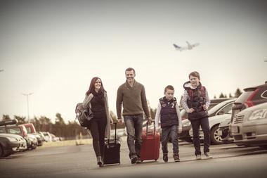 Familie på parkeringsplass