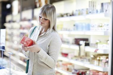 Kvinne i parfymeavdeling
