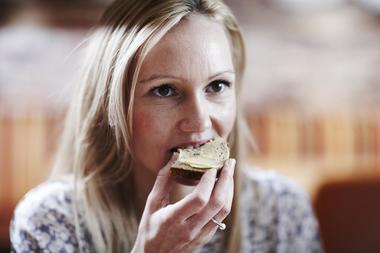 Kvinne som spiser