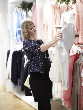 Kvinne i klesbutikk