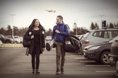 Ungt par på parkeringsplass