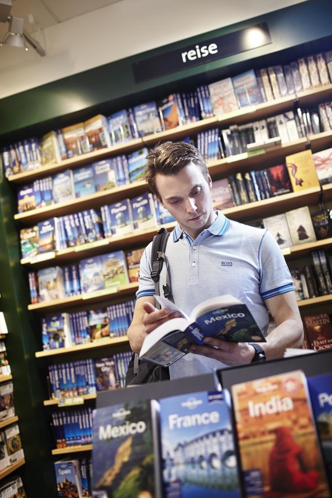 Mann i bokhandel