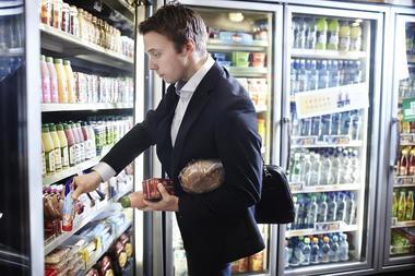 Mann handler i kiosk