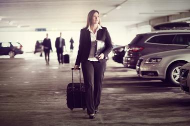 Forretningskvinne med trillekoffert