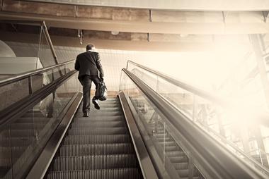 Mann i rulletrapp