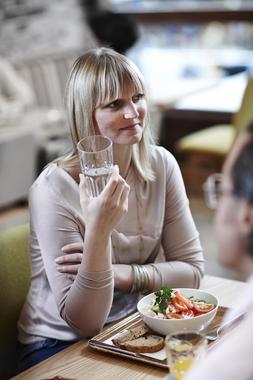 Kvinne med mat og drikke