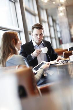 Mann og kvinne på cafe